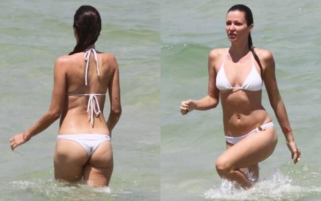 Em um biquíni branco, Ellen Jabour mostrou que está em ótima forma ao mergulhar na Barra da Tijuca