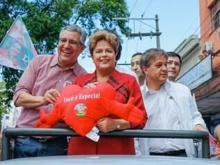 POLITICA - Sao Jose dos Campos - SP, Brasil - 03/10/2014 Ex-Ministro da Saude Alexandre Padilha , candidato do PT ao Governo do Estado durante caminhada com a Presidenta Dilma Rousseff no centro da cidade .  FOTO : Ichiro Guerra / Dilma 13