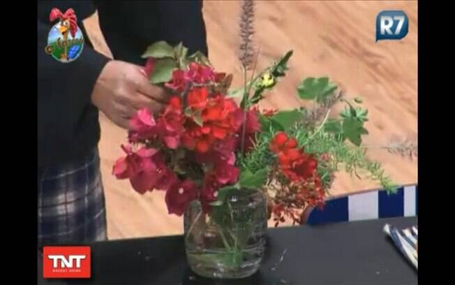 Peoas colhem flores para os roceiros