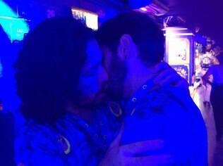 Beijo solidário de Jean Wyllys a Theodoro Cochrane