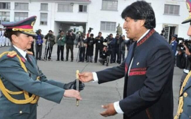 Gina Reque Terán foi a primeira oficial a chegar ao posto de general na Bolívia
