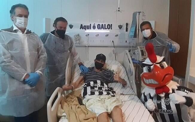 Felipe Fiu, torcedor do Galo, recebeu uma visita especial do técnico Cuca
