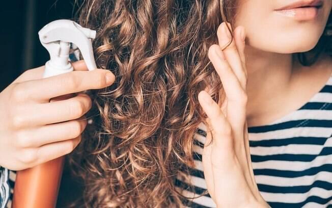 Como cuidar dos cabelos cacheados em casa