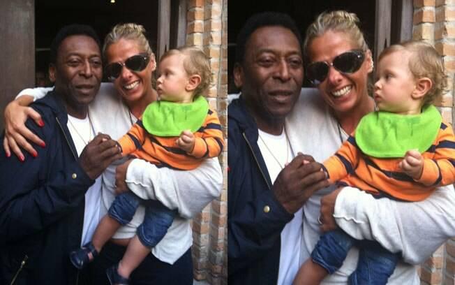 No colo da mamãe Adriane Galisteu, Vittorio olha para Pelé enquanto sua mãe tieta o ídolo