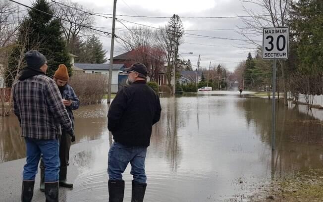 Sainte-Marthe-sur-le-Lac ficou inundada após o rompimento de um dique vegetal