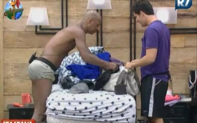 Thiago Gagliasso ajuda Dinei a arrumar as malas