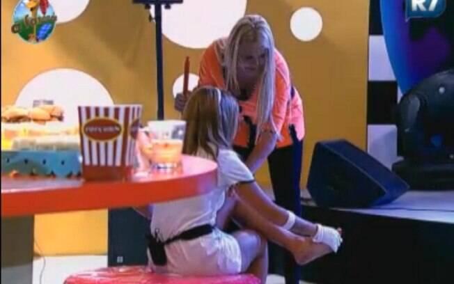 Monique Evans ajuda Raquel Pacheco, que cortou o pé