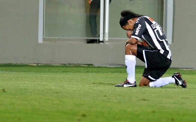 Ronaldinho Gaúcho se emociona após marcar um dos seis gols do Atlético-MG