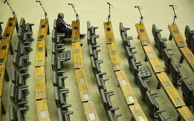 Esvaziamento do plenário da Câmara dos Deputados é estratégia da oposição para atrapalhar Michel Temer