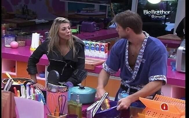 Fabiana e Jonas discutiram há alguns dias por causa do uso de papel alumínio