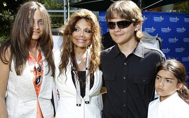 Prince Michael, Prince Jr.,Paris Jackson e LaToya fazem homenagem ao astro do pop