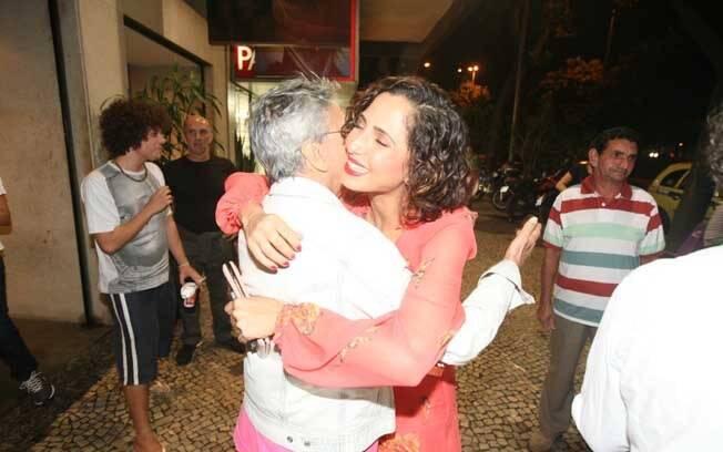 Caetano Veloso deu um abraço em Camila Pitanga na pré-estreia de
