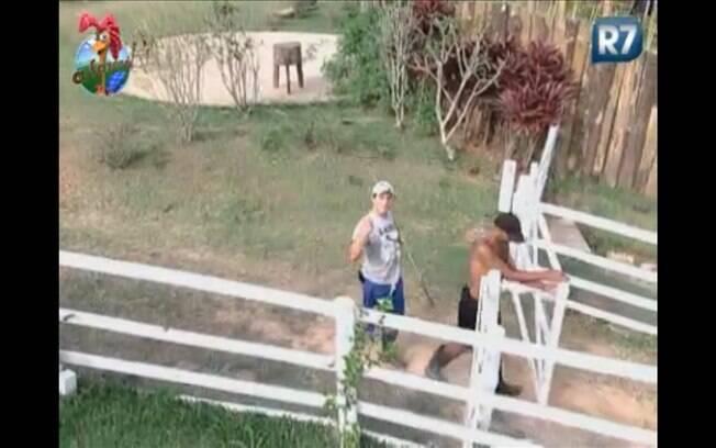 Thiago brinca ao lado de Dinei e fala com as câmeras