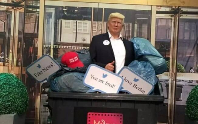 Estátua de cera de Donald Trump foi colocada em lata de lixo