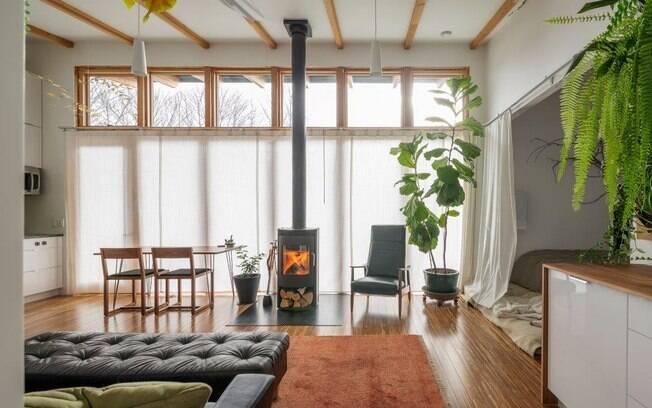 A presença da luz natural traz harmonia e amplitude à sala de estar