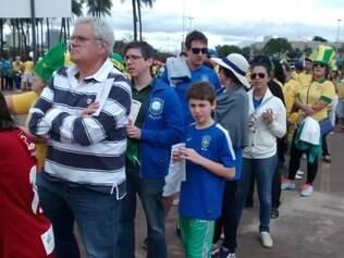 O senhor Marcus Vinícius estava acompanhando os garotos André e Rafael no primeiro lugar da fila do estádio
