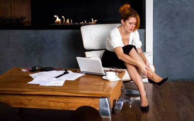Depois de um dia de trabalho cansativo, fazer massagens em suas pernas e braços também para ajudar a circulação