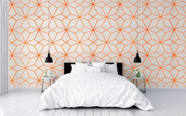 Quarto de casal decorado com papel de parede com desenho geométricos
