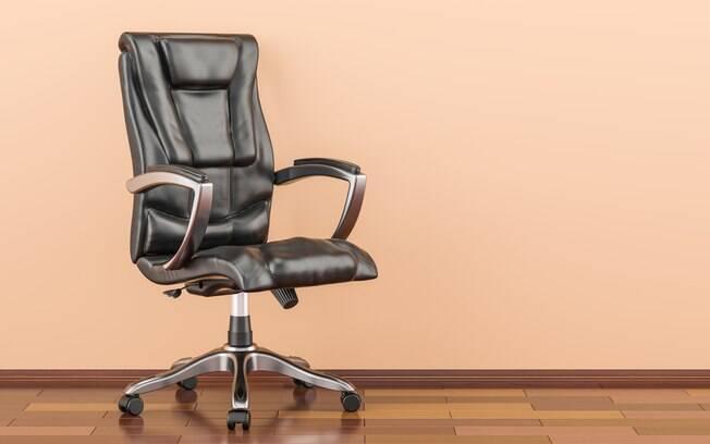Ao montar um escritório em casa, é importante selecionar uma cadeira confortável; saiba como limpá-la corretamente