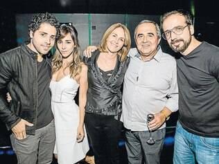 """Mais animação: os músicos Kadu Vianna e Gustavo Figueiredo, ladeando a """"família Ah!Bon/Eddie/Speciali"""", Carolina, Beatriz e Eduardo """"Beijinho"""" Pereira"""