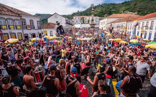 Blocos de Carnaval dominam as ruas da cidade histórica de Ouro Preto para formar o maior Carnaval Universitário
