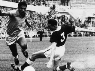 Caçado pelos adversários, Garrincha desfila seu talento pelos campos ingleses