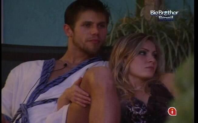 Jonas e Renata falam sobre fazer ensaios sensuais