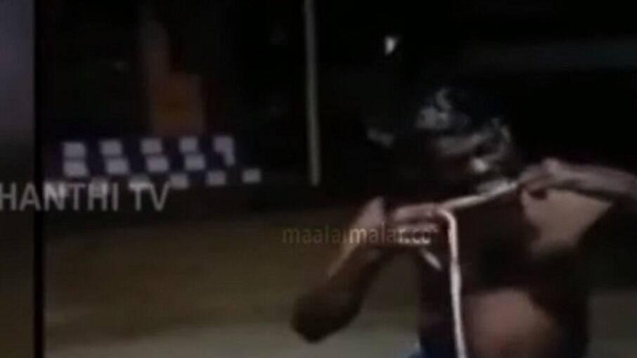 Homem comendo cobra na Índia para tratar Covid-19