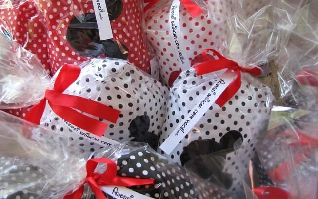 Almofadas bordadas que podem servir de travesseiros. De Scrapaper by Érica.  Foto: Divulgação
