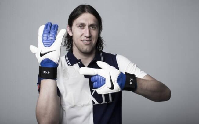 Cássio exibe suas luvas caracterizadas para o  Mundial de Clubes