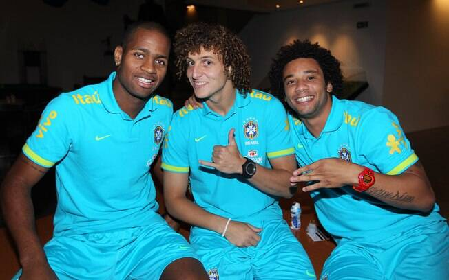 Dedé, David Luiz e Marcelo posam no CT de  Cotia