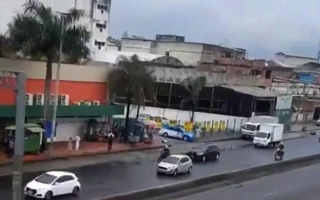 Imagens publicadas nas redes sociais mostram momento em que duas pessoas foram baleadas em frente a supermercado na Avenida Brasil