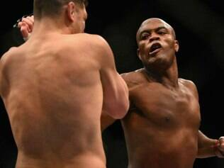 Anderson Silva vence em seu retorno ao octógono