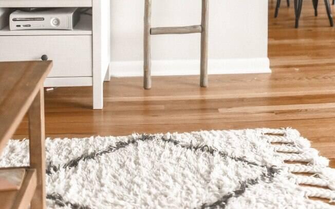 Para colocar o tapete na sala de estar, é fundamental ter as medidas certas do cômodo e não errar no tamanho do item