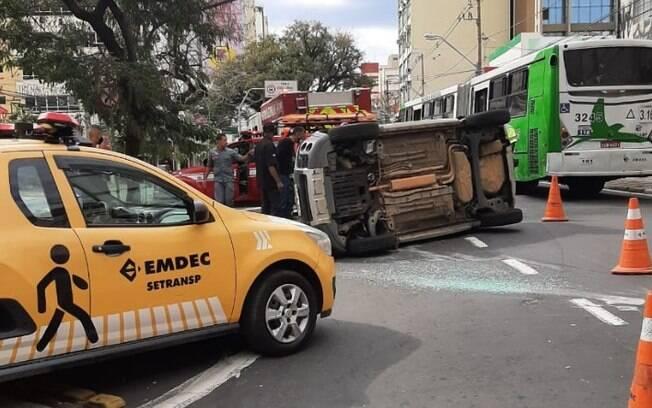 Carro capota na Moraes Salles, no Centro de Campinas, após batida
