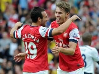 Wenger afirma que permanência de Ramsey e Cazorla dá novo ânimo ao Gunners