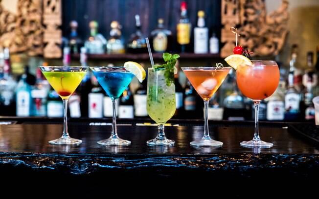 Os melhores drinks feitos por bartenders também podem ser feitos em casa!