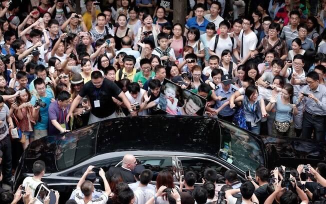 Uma multidão cercou o carro do ex-jogador  inglês durante visita a Tongji University, em  Xangai