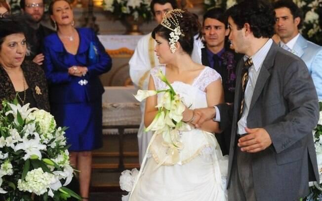 Acusada de roubo, Celeste deixa o noivo e seus convidados indignados