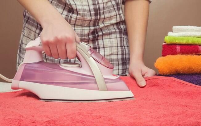 Uso do ferro de passar nas toalhas é bastante frequente; mas, afinal, essa é a melhor opção para as fibras das peças?