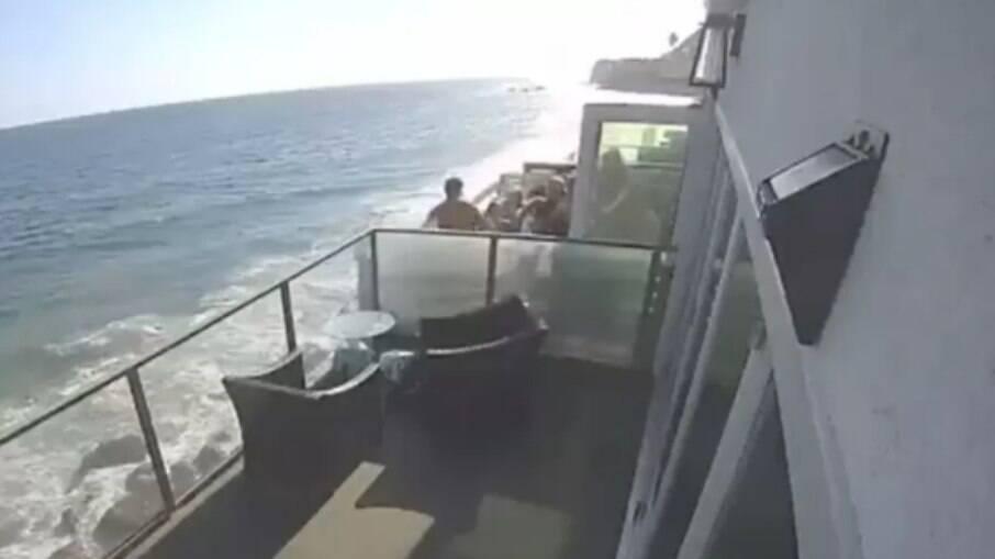 Vídeo registra momento em que sacada em frente à praia desaba