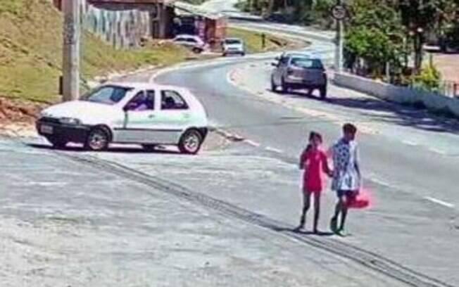 Raíssa e menino de 12 anos andando