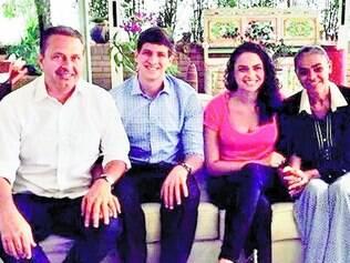 Família. Na foto postada no Facebook: Campos ao lado do filho João, Mayara ao lado da mãe, Marina