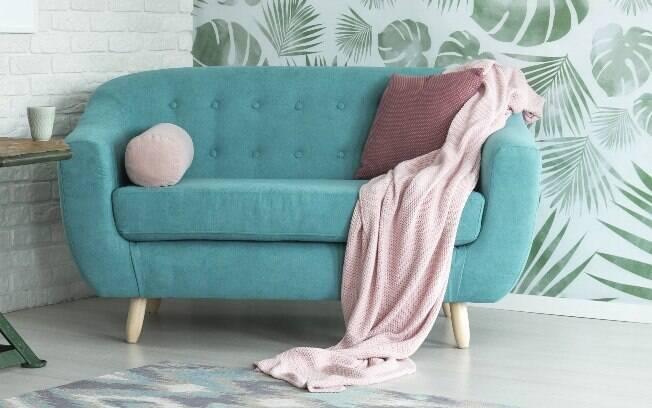 As mantas ajudam a decorar todo o ambiente e ainda podem ser usadas para esquentar o corpo durante os dias mais frios