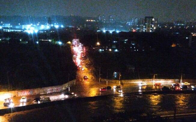 Temporais que começaram na noite deste domingo (10) provocaram enchentes e mortes em São Paulo