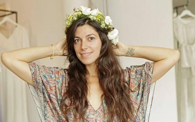Rawan Rihani, florista da Stone Fox Bride, mostra uma coroa de flores recém-feita