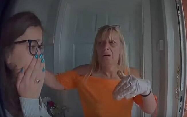 Shakira e sua mãe, Sharon, não podem agir para salvar a gata e ficam inconsoláveis em frente a casa