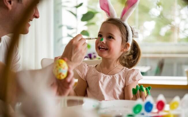 Para entreter as crianças durante o feriado, as brincadeiras de Páscoa são uma ótima opção e ainda unem a família