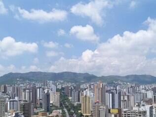 A avenida Afonso Pena e a serra do Curral formam um dos cartões postais de BH
