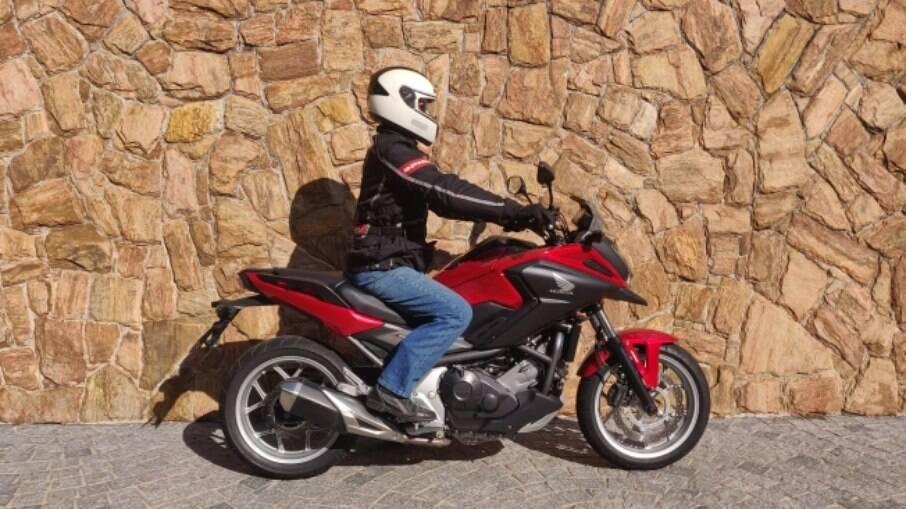 A posição de pilotagem da Honda NC 750X é confortável e permite cobrir muitos quilômetros